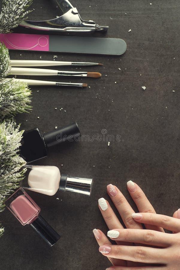 Los clavos del tema del invierno diseñan y manicure, los instrumentos para la manicura con las agujas foto de archivo libre de regalías