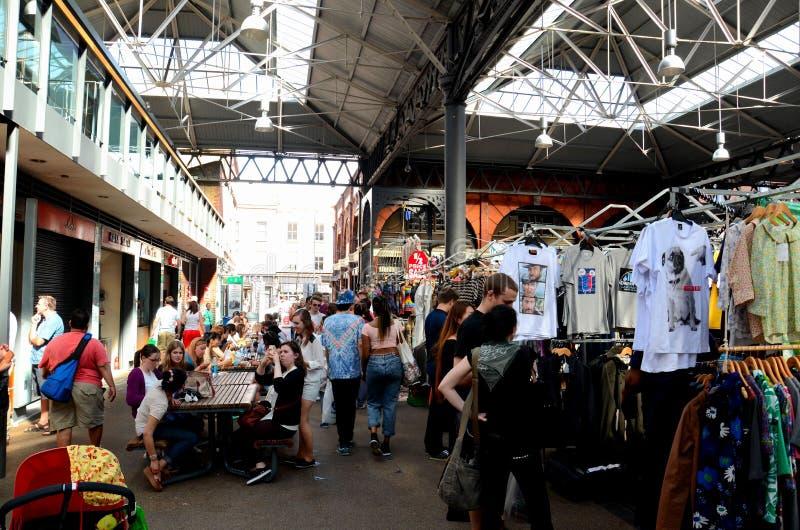 Los clientes hojean paradas en el mercado Londres Inglaterra de Spitalfields imagenes de archivo