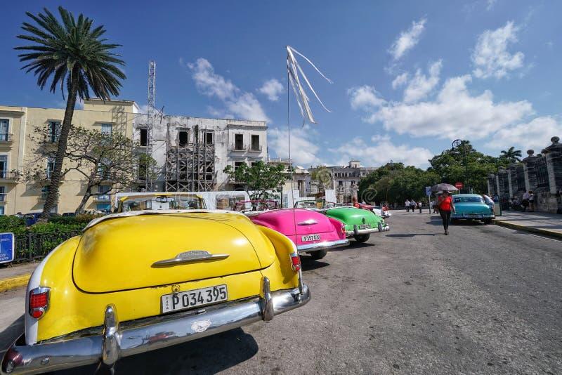 Los coches americanos clásicos del vintage parquearon en una calle de La Habana en Cuba imágenes de archivo libres de regalías
