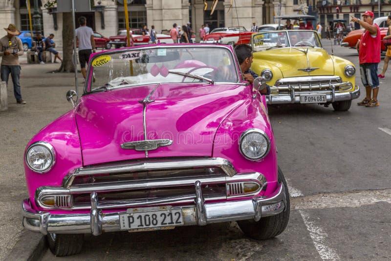 Los coches americanos del vintage acercan al Central Park, La Habana, Cuba #19 imágenes de archivo libres de regalías