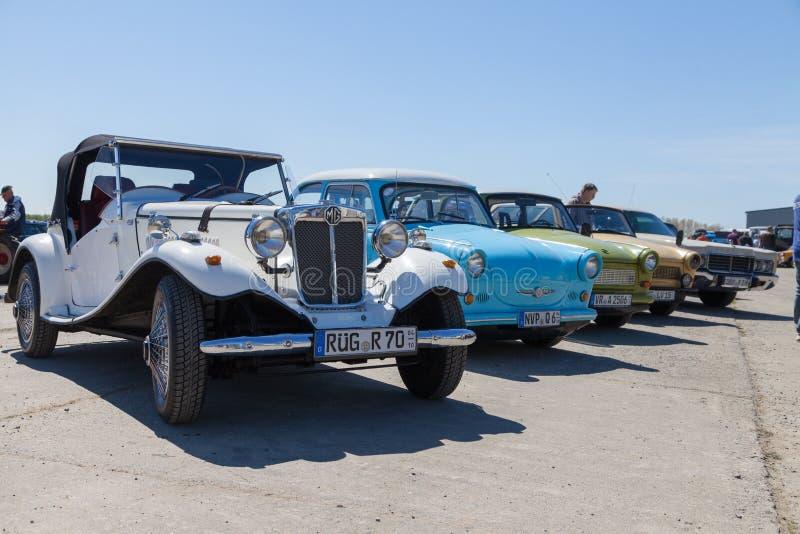 los coches antiguos se colocan en la demostración del oldtimer foto de archivo