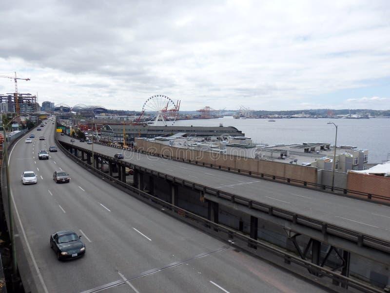 Los coches conducen a lo largo de la ruta del estado 99 funcionamientos a lo largo del litoral de Seattle foto de archivo libre de regalías