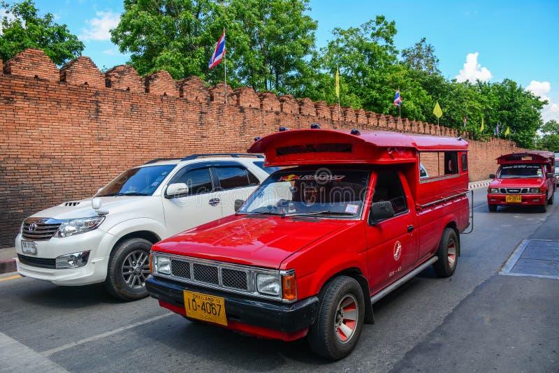 Los coches corren en la calle en Chiang Mai, Tailandia imagenes de archivo