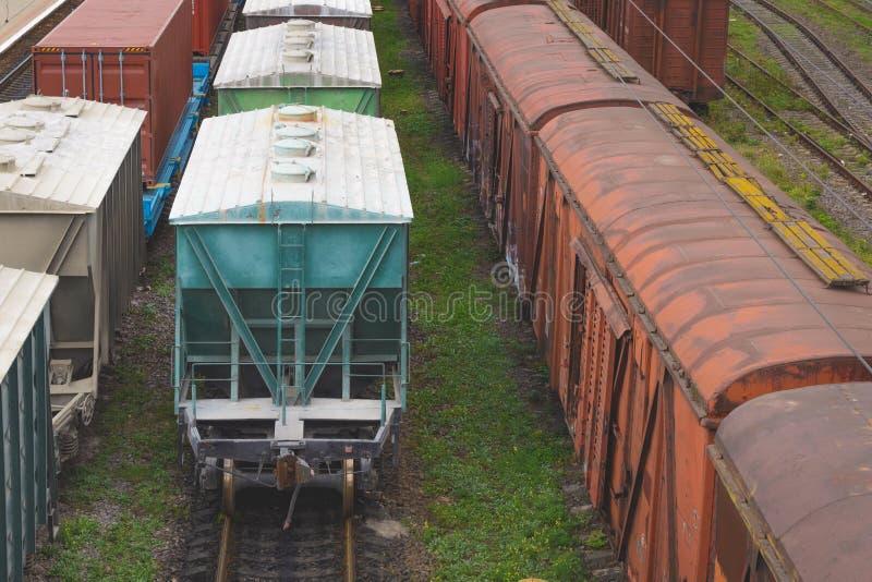 Los coches de carril viejos de la carga están en la pista en el ferrocarril imagenes de archivo