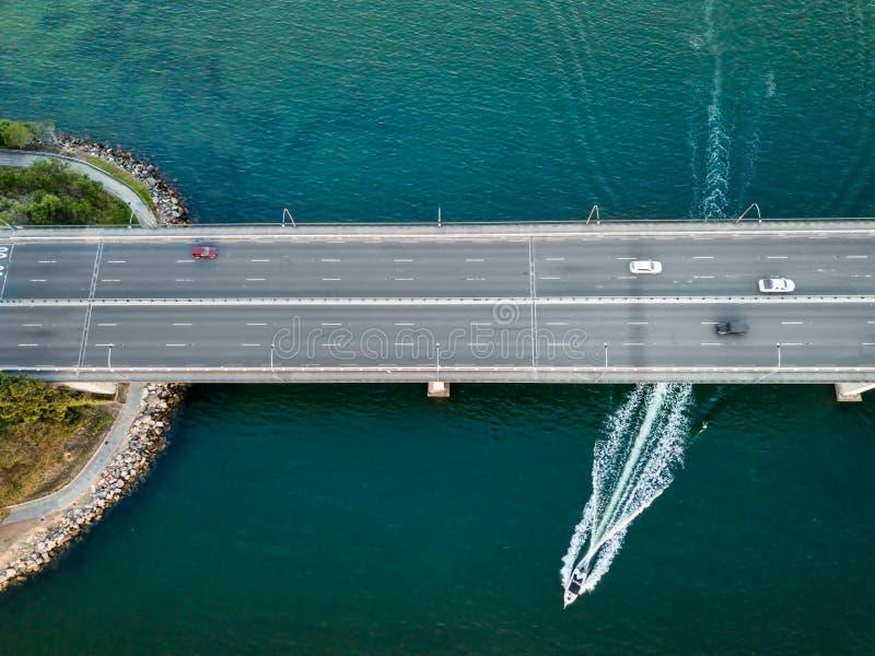 Los coches de las visiones aéreas cruzan a capitán Cook Bridge con el barco Australia de la velocidad imagen de archivo libre de regalías
