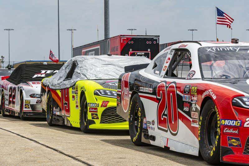 Los coches de NASCAR se alinearon en el garaje fotos de archivo