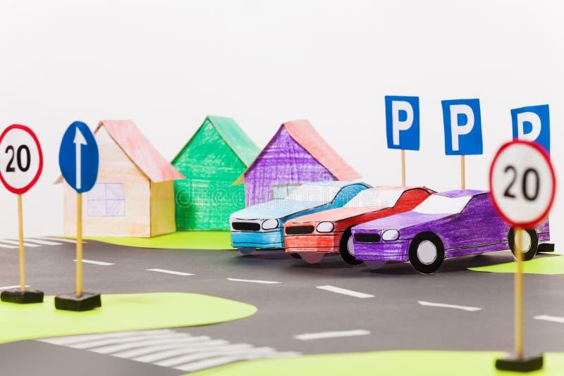 Los coches de papel modelan la situación en fila en el estacionamiento fotos de archivo