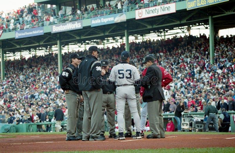 Los coches de Red Sox y de los yanquis se reúnen en el homeplate antes del juego 3 de los 2003 ALCS fotos de archivo