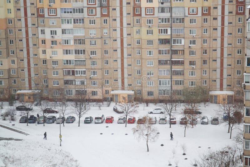 Los coches en el estacionamiento son nieve cubierta fotografía de archivo libre de regalías