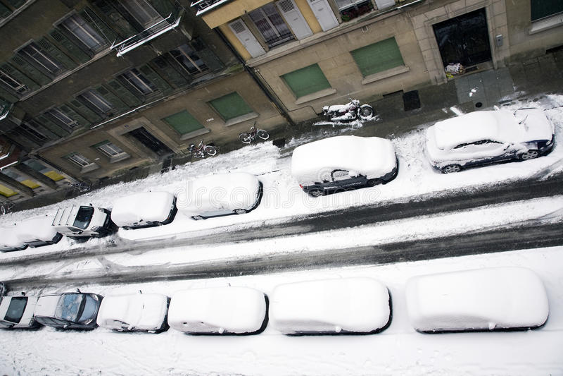 Los coches nevaron debajo fotos de archivo