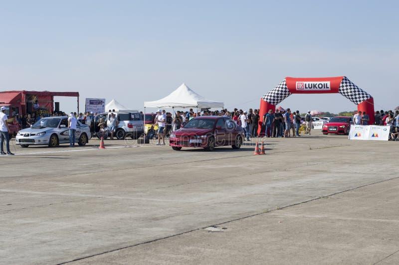 Los coches rojos y plateados esperan comienzo del equipo en fricciones del ` s de Resinge fotos de archivo