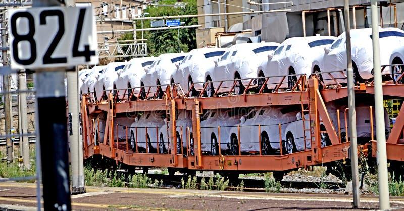 Los coches transportan en el tren imágenes de archivo libres de regalías