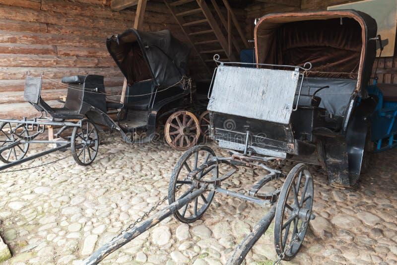 Los coches vacíos del negro del vintage se colocan en garaje rural fotos de archivo libres de regalías