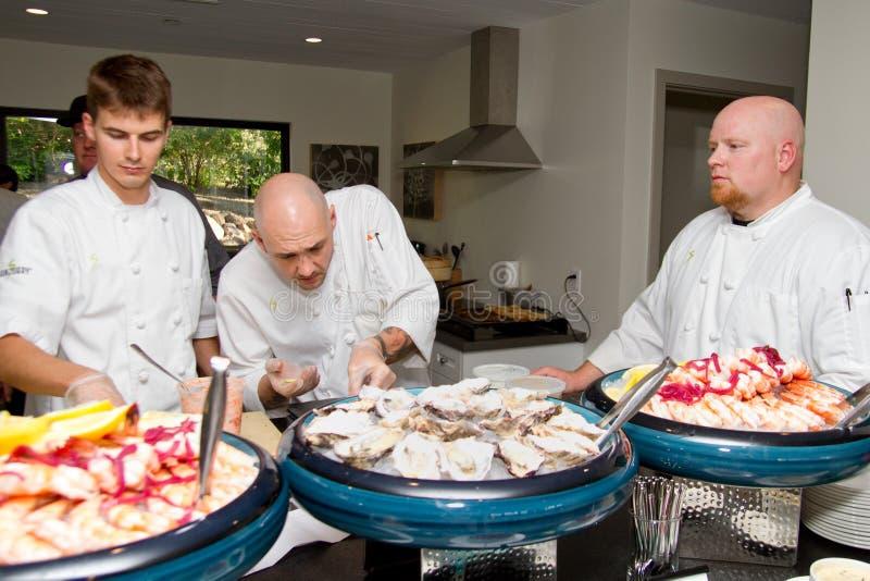Los cocineros preparan la comida para la gran inauguración del centro turístico fotos de archivo
