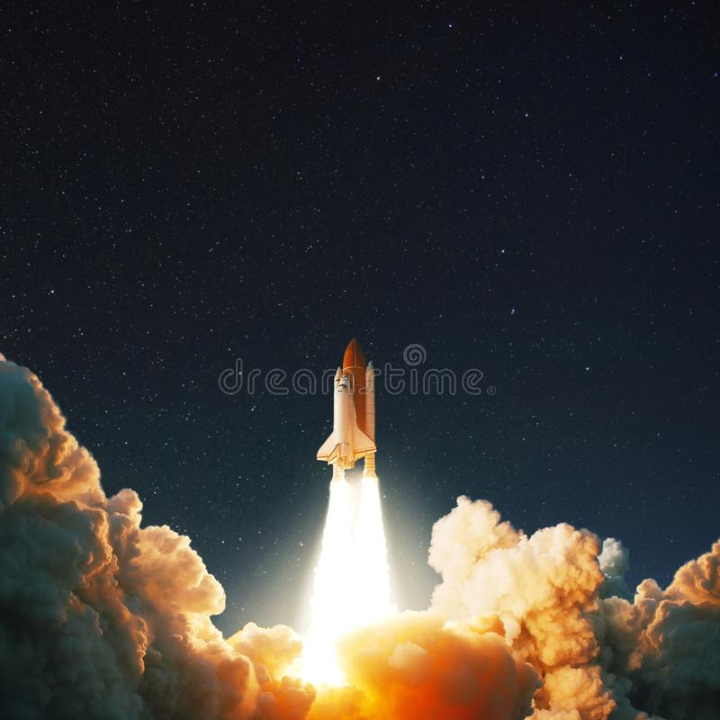 Los cohetes del transbordador espacial lanzan en espacio en el cielo estrellado imágenes de archivo libres de regalías