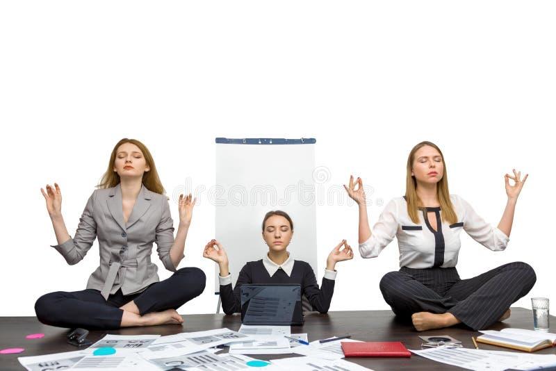 Los colegas meditan en la oficina en fotografía de archivo libre de regalías