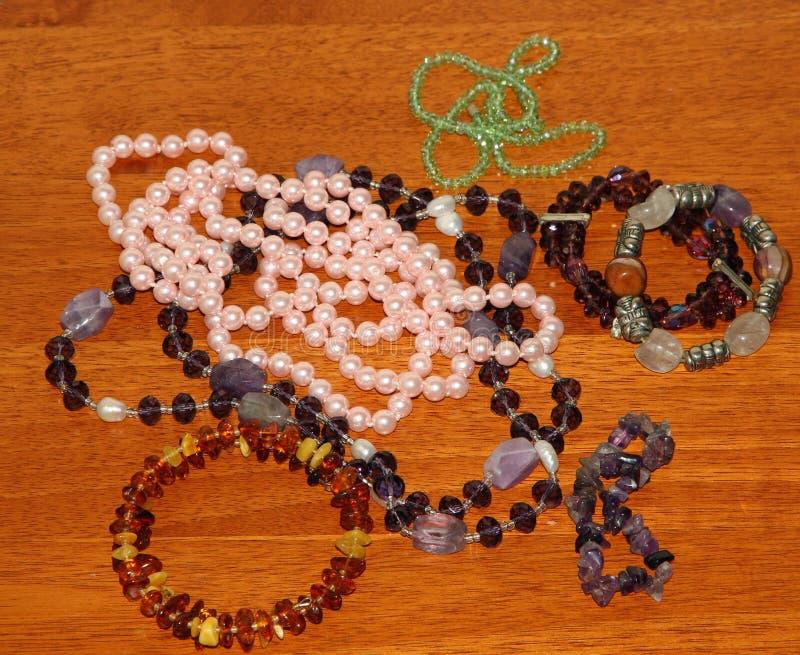 Los collares del vintage en venta en el joyero hacen compras foto de archivo libre de regalías