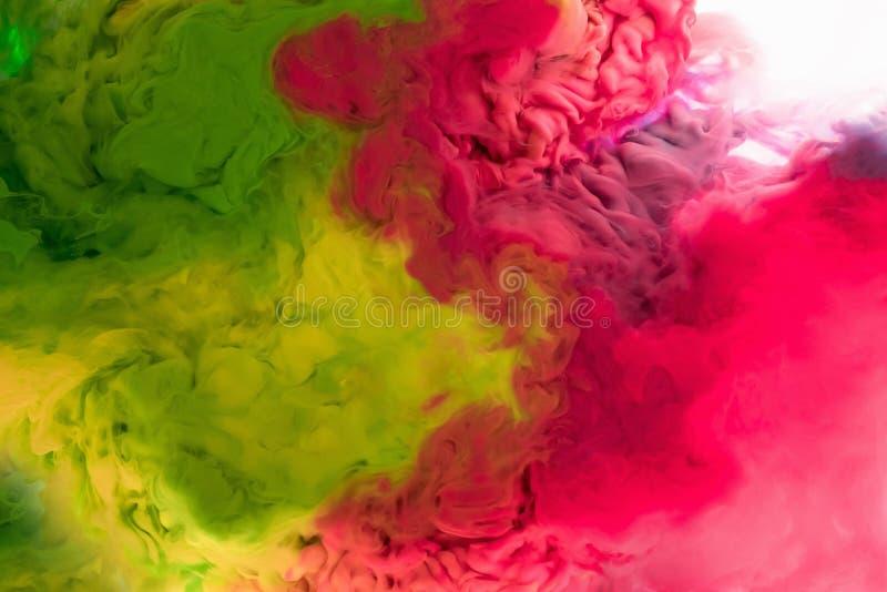 Los colores de acrílico y la tinta en agua aislaron el fondo multicolor Chapoteo colorido de la pintura abstraiga el fondo fotos de archivo libres de regalías