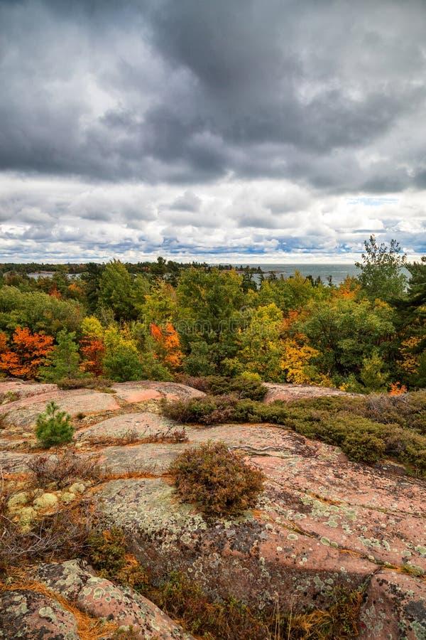 Los colores de la caída en un rastro pasan por alto fotos de archivo