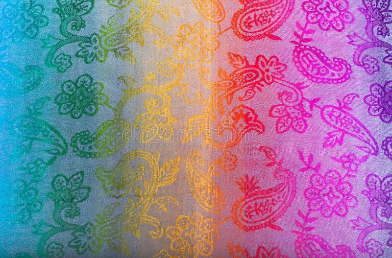 Los colores del arco iris congriegan en tela india como fondo imágenes de archivo libres de regalías