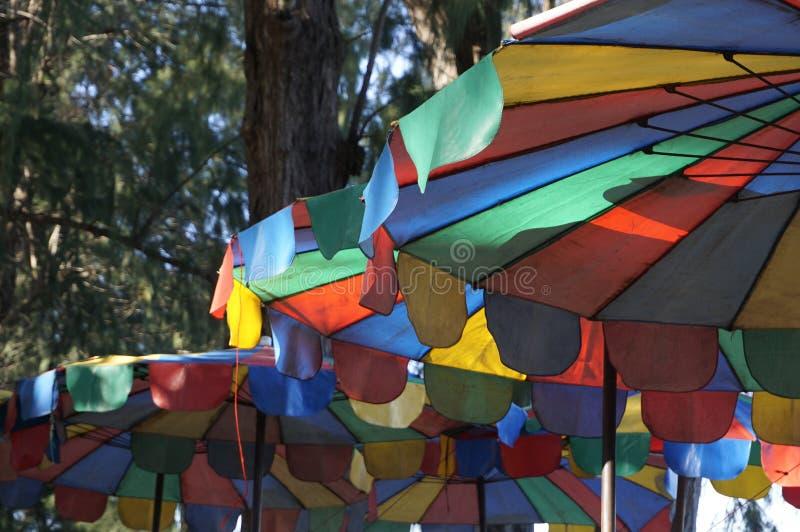 Los colores del parasol de playa son símbolos del verano fotos de archivo