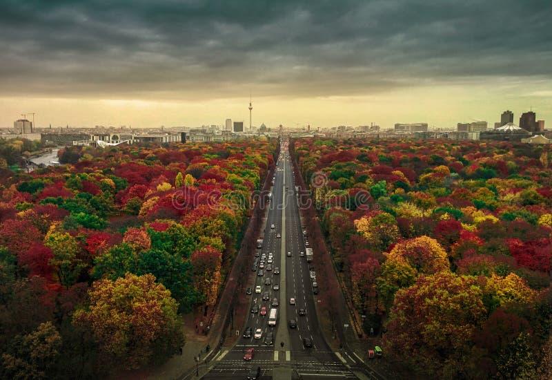 Los colores hermosos de los árboles en el paisaje urbano de Berlín tiraron de Siegessaule imágenes de archivo libres de regalías