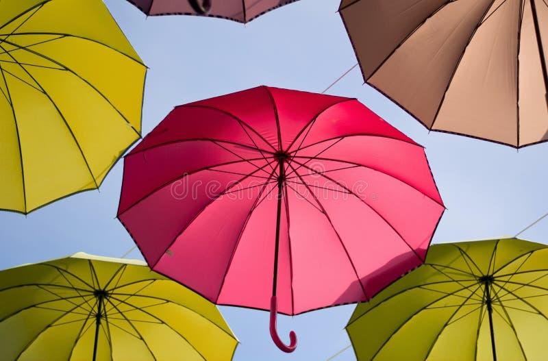 los colores hermosos de los paraguas en vuelo fotos de archivo