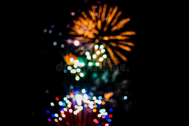 Los coloridos fuegos artificiales en las noches de verano 5 fotografía de archivo libre de regalías