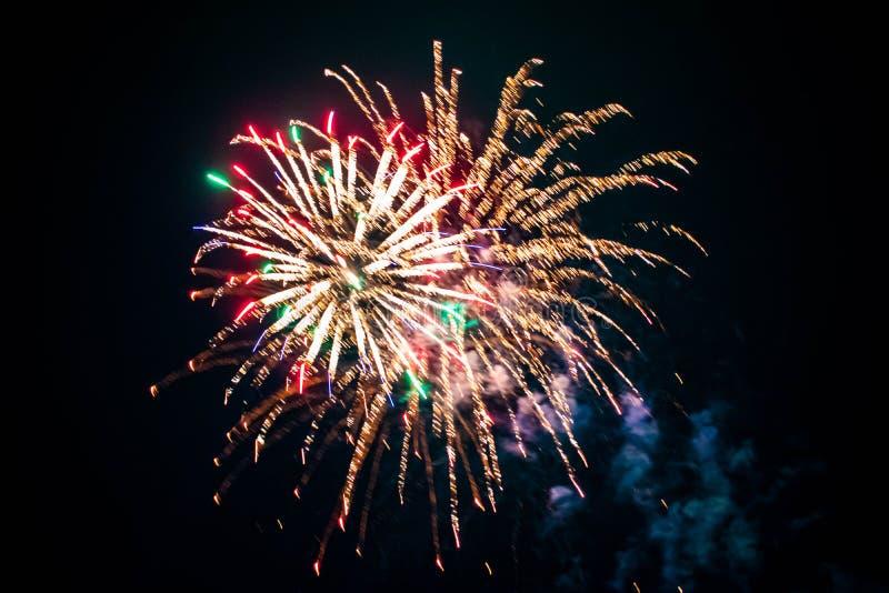 Los coloridos fuegos artificiales en las noches de verano 3 imagen de archivo