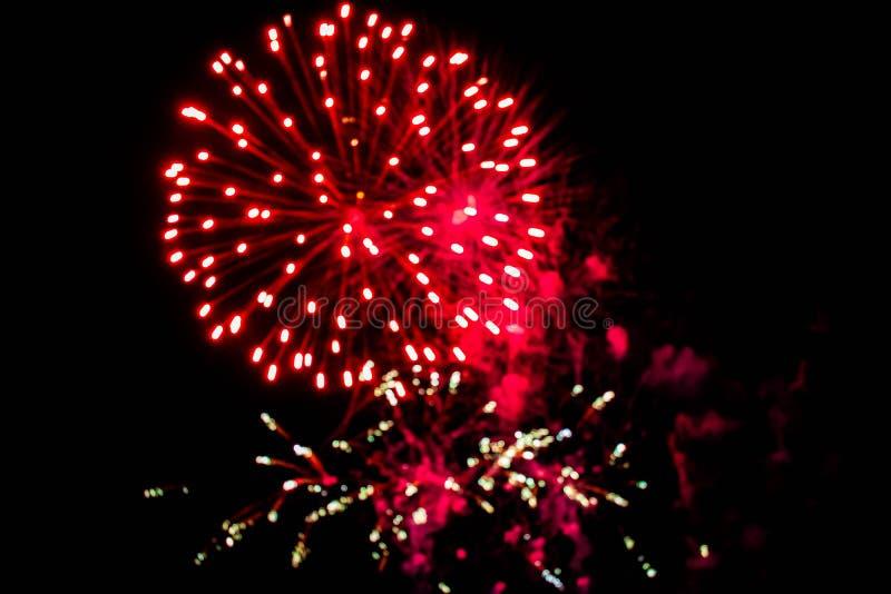 Los coloridos fuegos artificiales en las noches de verano 4 imágenes de archivo libres de regalías