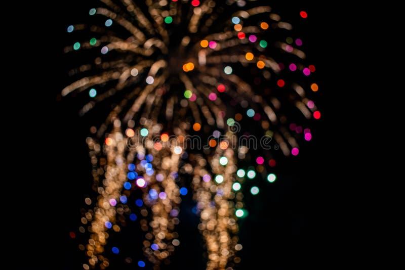 Los coloridos fuegos artificiales en las noches de verano 13 fotografía de archivo
