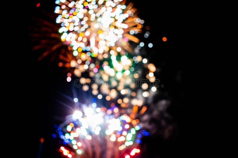 Los coloridos fuegos artificiales en las noches de verano 8 foto de archivo libre de regalías