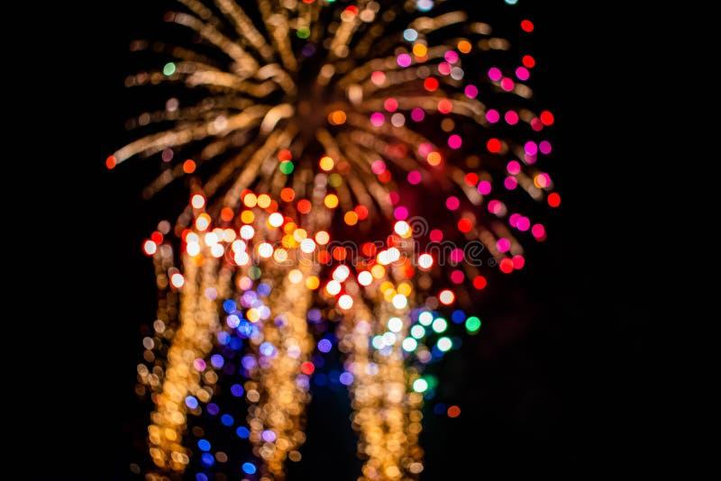 Los coloridos fuegos artificiales en las noches de verano 12 imagen de archivo libre de regalías
