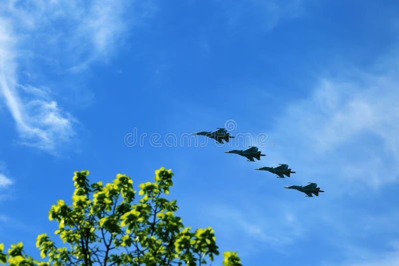 Los combatientes de los aviones de combate vuelan contra el cielo azul Escuadrilla del jet fotografía de archivo