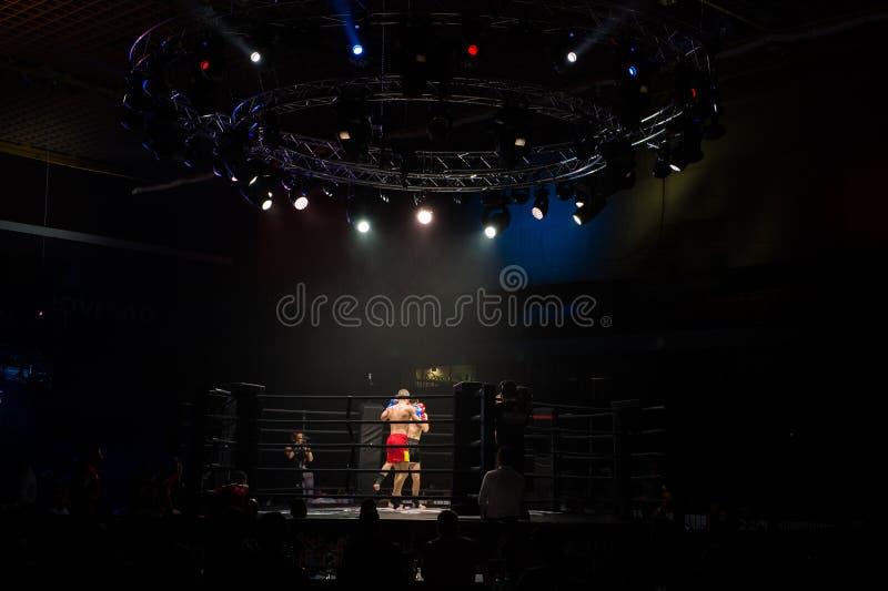 Los combatientes de los boxeadores del Muttahida Majlis-E-Amal luchan en luchas sin reglas fotos de archivo