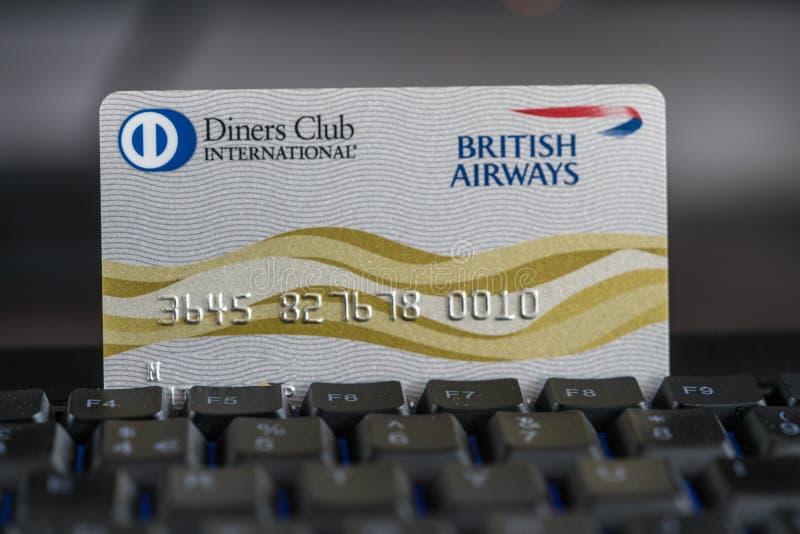Los comensales aporrean la tarjeta de crédito de British Airways en un teclado imagenes de archivo