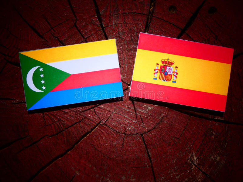 Los Comoro señalan por medio de una bandera con la bandera española en un tocón de árbol imagen de archivo libre de regalías