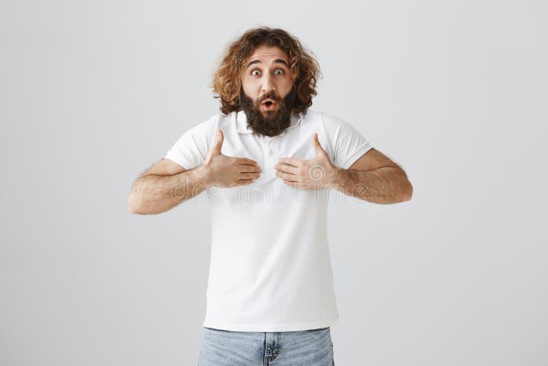 Los compañeros de trabajo ponen responsabilidad en él Retrato del individuo chocado y ofendido de pascua con el pelo rizado que s fotografía de archivo