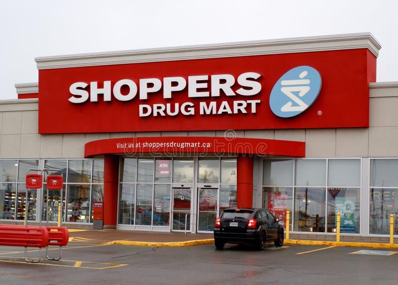 Los compradores drogan a Mart Storefront imágenes de archivo libres de regalías