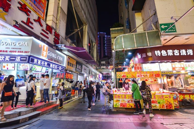 Los compradores y los visitantes aprietan la calle famosa del peatón de Dongmen Dongmen es un área de compras de Shenzhen foto de archivo