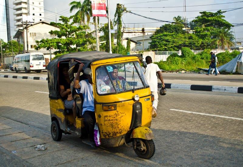 Los conductores de los tuks amarillos del tuk manejan su comercio alrededor de la ciudad de puerto imágenes de archivo libres de regalías