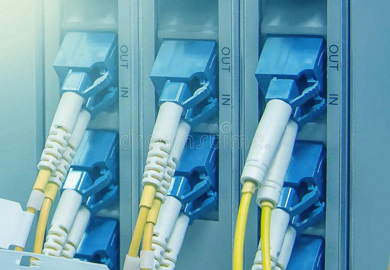 Los conectores ópticos del SC tapan en puertos ópticos de telecommunicati fotografía de archivo libre de regalías