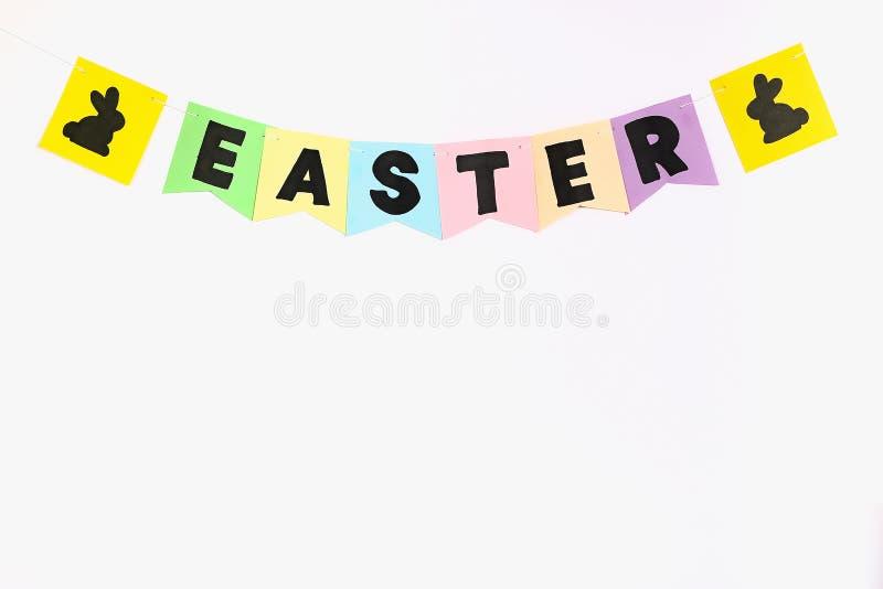 Los conejitos de la guirnalda de Diy Pascua, banderas PASCUA hicieron el fondo blanco de papel de la pared Idea del regalo, decor imagen de archivo libre de regalías