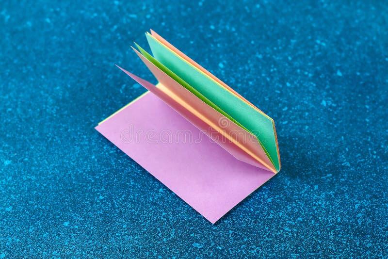 Los conejitos de la guirnalda de Diy Pascua, banderas PASCUA hicieron papel el fondo azul Idea del regalo, primavera de la decora imagen de archivo libre de regalías