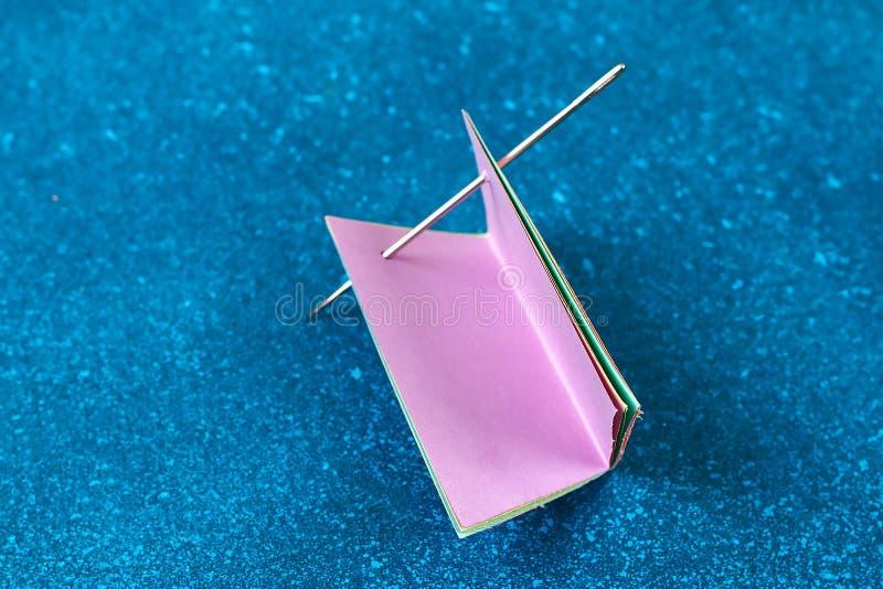 Los conejitos de la guirnalda de Diy Pascua, banderas PASCUA hicieron papel el fondo azul Idea del regalo, primavera de la decora imagenes de archivo