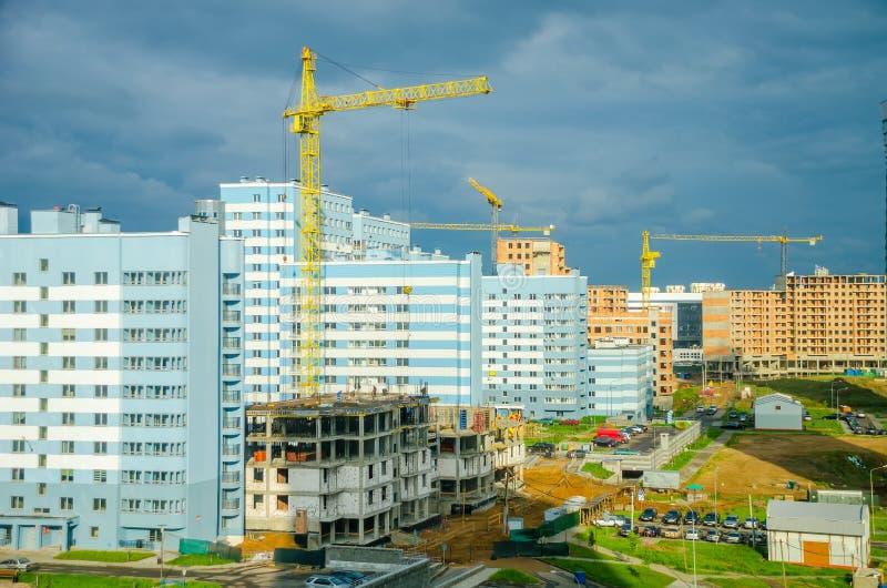 Los constructores crean un edificio alto en el distrito de Lebyazhy de la ciudad imagen de archivo