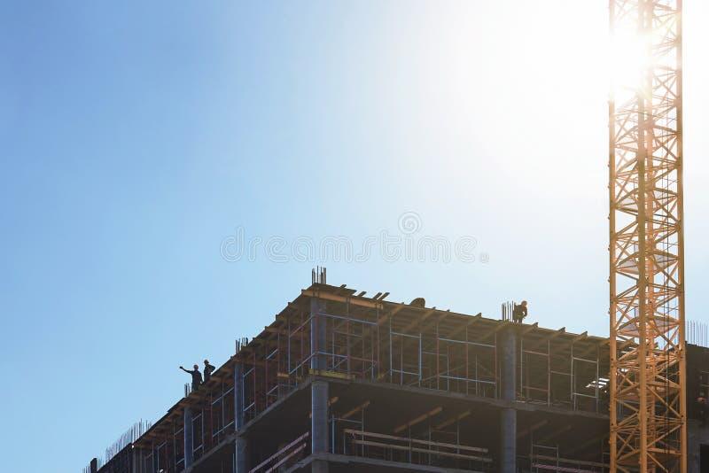 Los constructores de la nueva casa están discutiendo un plan para más futuro imagen de archivo libre de regalías