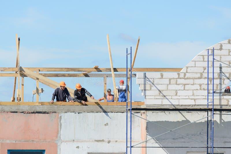 Los constructores de los trabajadores hacen la instalación del andamio foto de archivo libre de regalías