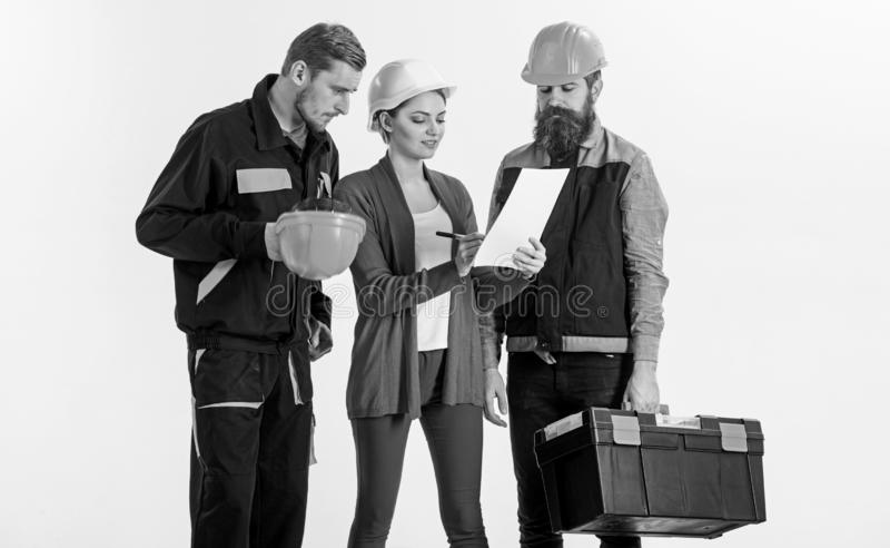 Los constructores y el ingeniero trabajan juntos Personas de arquitectos imagen de archivo libre de regalías