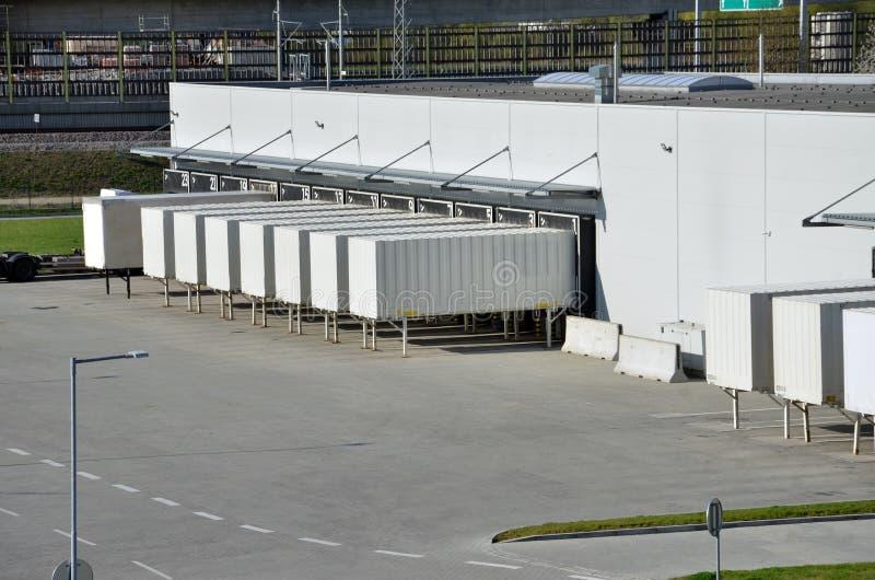 Los contenedores para mercancías que se colocan en las puertas en logística se centran fotografía de archivo